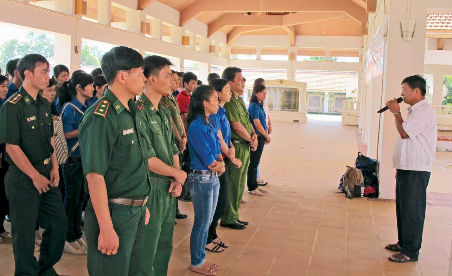 Đoàn viên, thanh niên tham quan Khu di tích lịch sử Cách mạng tỉnh và nghe thuyết minh về nơi ghi dấu những sự kiện quan trọng