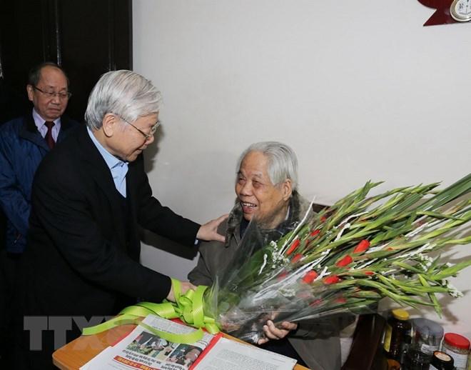 Tổng Bí thư Nguyễn Phú Trọng trong lần đến thăm, chúc thọ nguyên Tổng Bí thư Đỗ Mười dịp Tết nguyên đán Mậu Tuất 2018. (Ảnh: Trí Dũng/TTXVN)