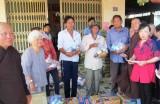 Tặng quà cho hộ nghèo, gia đình khó khăn