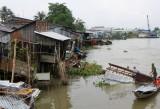 Sà lan 1200 tấn tông sập 5 nhà dân, 3 em bé rơi xuống nước