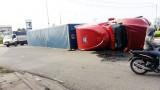 Xe container lật nhào, tài xế may mắn thoát chết
