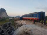 Tàu hỏa chở 400 hành khách lật khi tông xe tải, 2 người chết