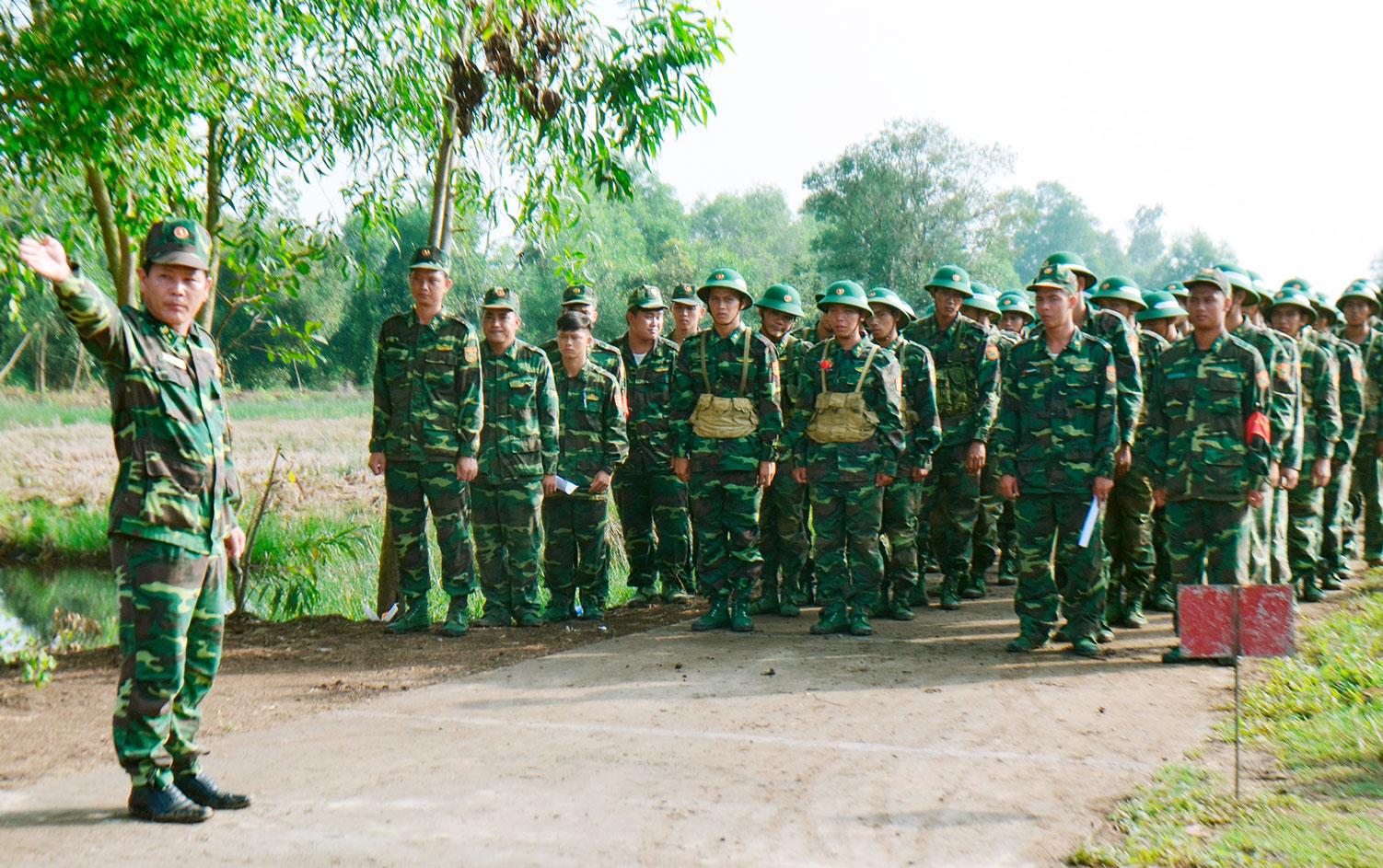 Hướng dẫn chiến sĩ mới thực hành chính xác các kỹ thuật, yếu lĩnh động tác