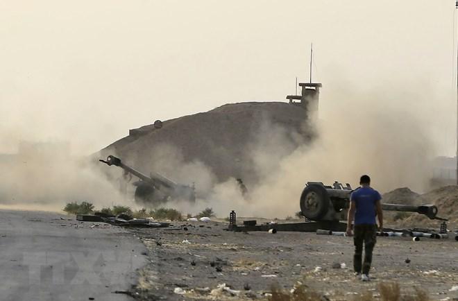 Khói bốc lên trong một cuộc giao tranh giữa các lực lượng Syria và phiến quân IS tại khu vực Bughayliyah, ngoại ô thành phố Deir ez-Zor. (Nguồn: AFP/TTXVN)