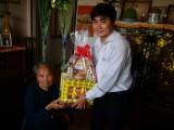 Báo Long An thăm, tặng quà Mẹ Việt Nam Anh hùng Lê Thị Hạnh