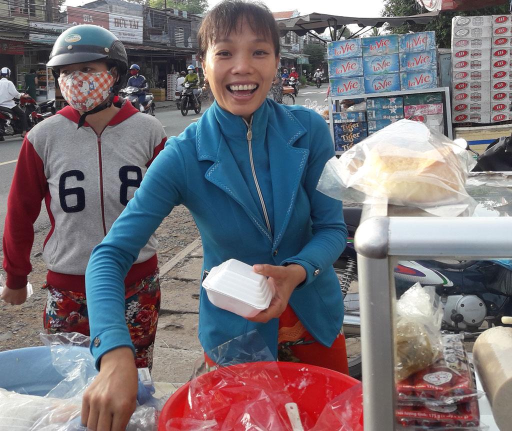 Chị Ngọc Quyên bán xôi kiếm thêm thu nhập, cải thiện cuộc sống gia đình