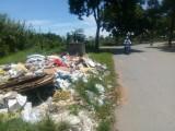 Xuất hiện đống rác tại nút giao Huỳnh Văn Nhứt – Huỳnh Hữu Thống