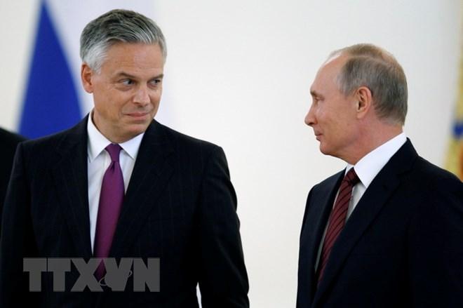 Tổng thống Nga Vladimir Putin (phải) và Đại sứ Mỹ tại Nga Jon Huntsman (trái) tại cuộc gặp ở Moskva ngày 3/10/2017. (Nguồn: AFP/TTXVN)
