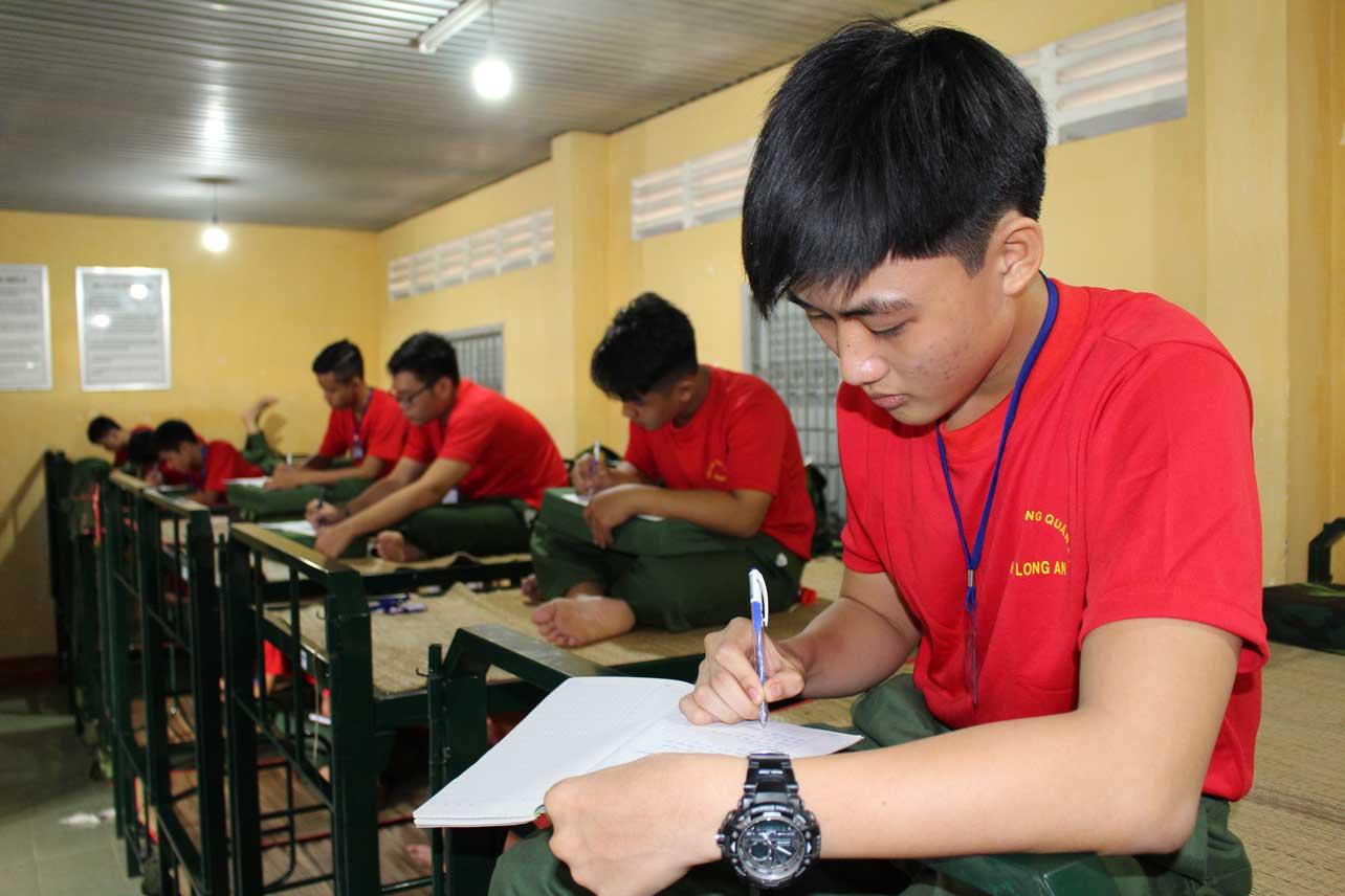 Các em viết nhật ký sau một ngày luyện tập trong môi trường quân đội