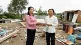 Phụ nữ Cần Giuộc hỗ trợ tiền cho người dân bị thiệt hại do mưa dông