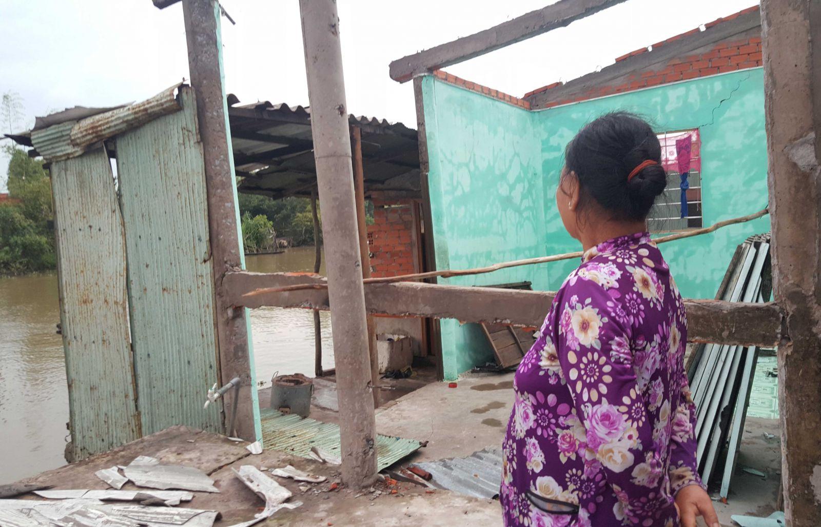 Bà Huỳnh Ngọc Lượm tiếc nuối khi toàn bộ tài sản của gia đình phút chốc tan tành do bất ngờ bị sụp lún