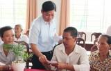 Lãnh đạo huyện Cần Đước thăm, tặng quà gia đình chính sách