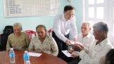 Thăm, tặng quà các gia đình chăm sóc thương binh, bệnh binh Long An tại xã Thừa Đức