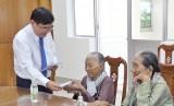 Phó Bí thư Thường trực Tỉnh ủy Long An tặng quà cho gia đình chính sách tiêu biểu