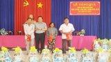 Bí thư Tỉnh ủy Long An trao quà cho gia đình chính sách tại Đức Hòa