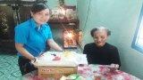 Thành đoàn Tân An tặng quà cho gia đình chính sách