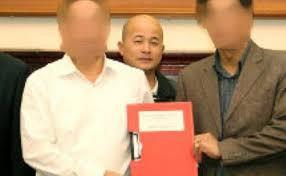 """Ông Đinh Ngọc Hệ, còn gọi là Út """"trọc"""" (đứng giữa) tại một buổi ký kết hợp đồng (Ảnh từ trang web của Bộ Giao thông Vận tải)"""