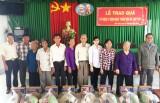 Tặng quà cho nạn nhân chất độc da cam huyện Mộc Hóa