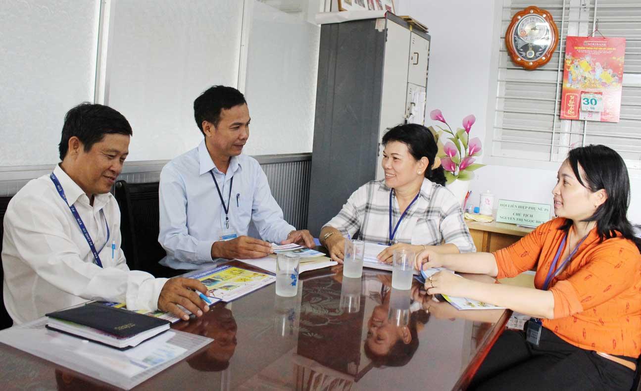 Nhân viên Điện lực Tân An trao đổi với lãnh đạo Hội Liên hiệp Phụ nữ Việt Nam phường 6, TP.Tân An về các biện pháp tuyên truyền, vận động người dân sử dụng điện tiết kiệm