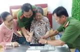 Công an TP.Tân An: Đến nhà làm giấy CMND cho người già, tàn tật