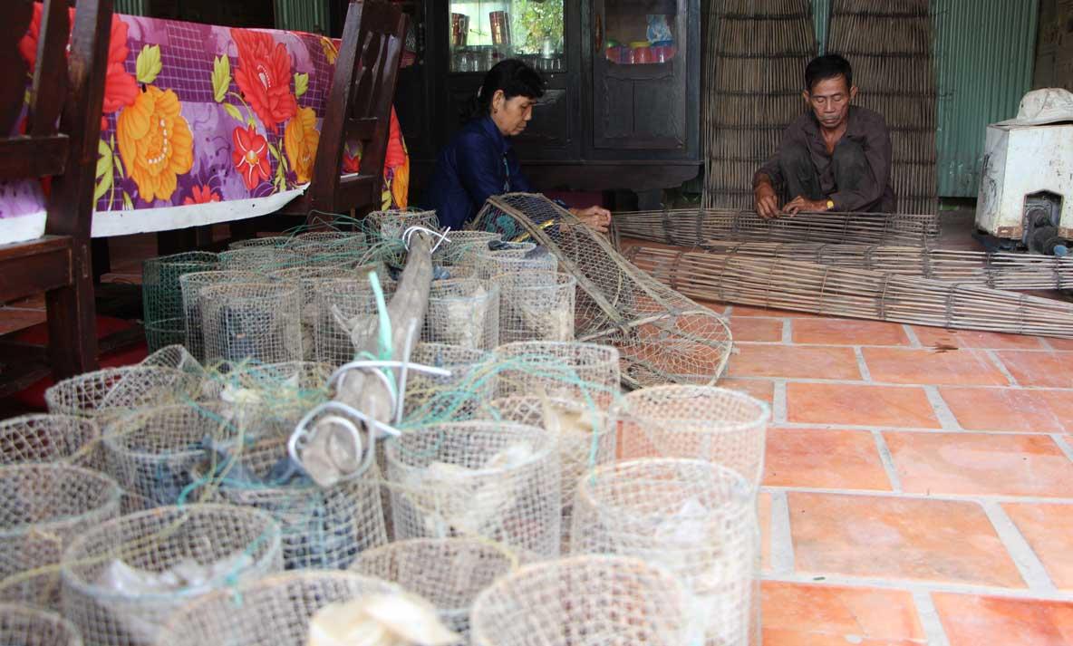 Sau khi vào cụm dân cư sinh sống, gia đình ông Nguyễn Văn Lân không còn nơm nớp lo trong những ngày mưa lũ. Vợ chồng ông chuẩn bị phương tiện đánh bắt cá mùa lũ, kiếm thêm thu nhập