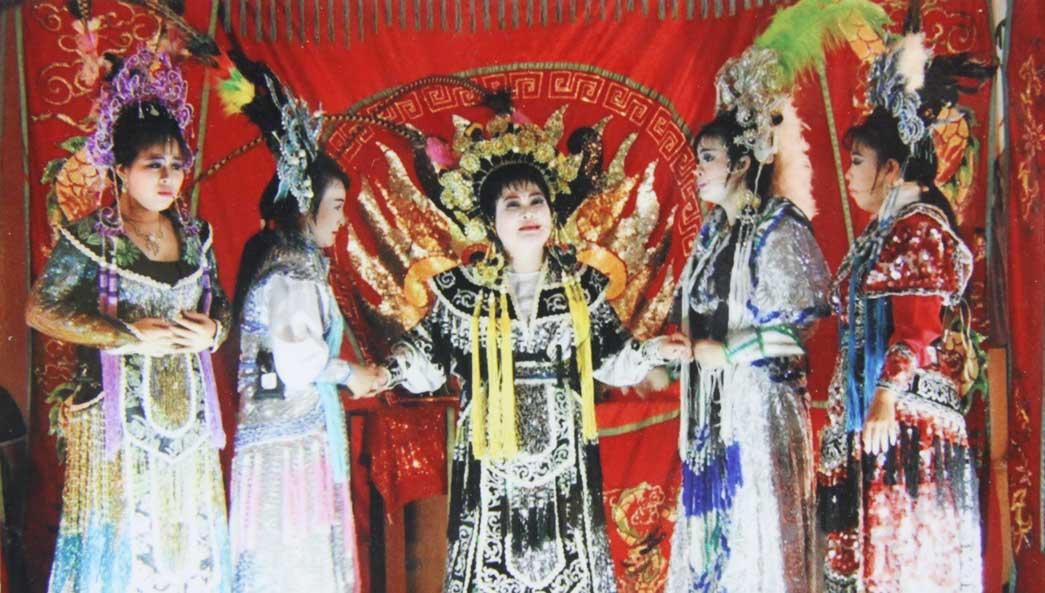 Theo nghệ sĩ Ngọc Mai, muốn có người xem thì phải thay đổi theo yêu cầu khán giả nhưng nhất định phải giữ những đặc trưng của hát bội! (Trong ảnh: Câu lạc bộ Hát bội Long An biểu diễn)