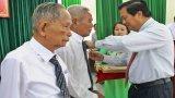 Bí thư Tỉnh ủy Long An trao huy hiệu Đảng cho đảng viên cao tuổi Đảng