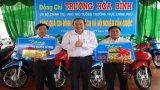 Phó Thủ tướng Thường trực Chính phủ tặng quà cho học sinh, hộ nghèo tại Cần Giuộc