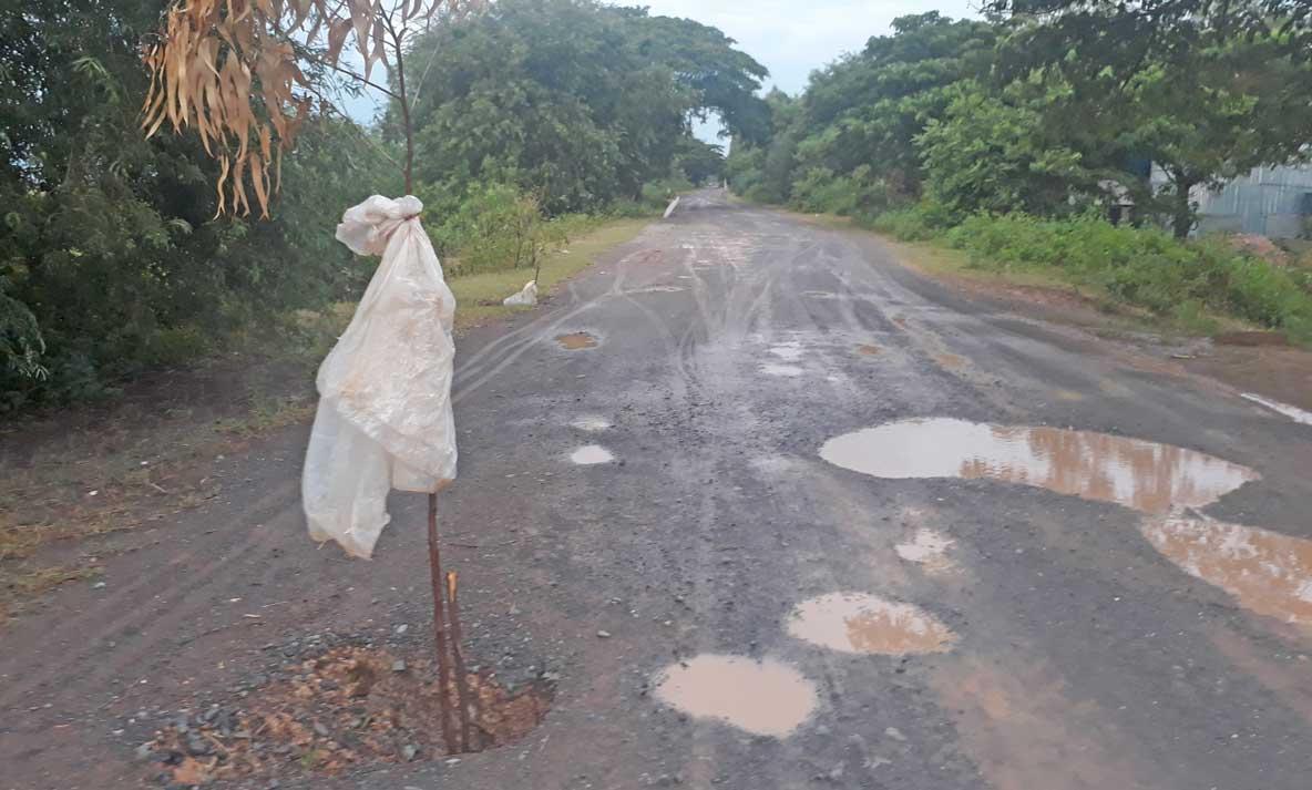 Xuất hiện nhiều ổ voi, ổ gà ảnh hưởng đến việc đi lại của người dân