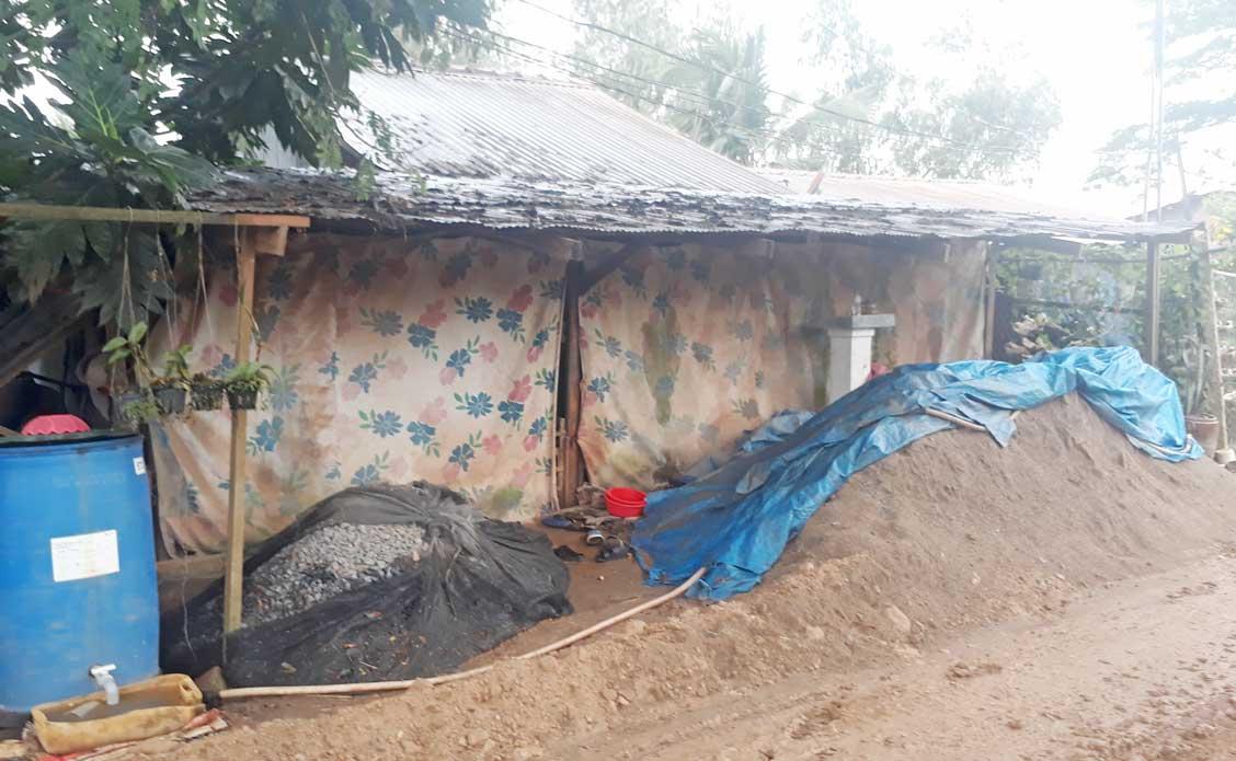 Người dân dùng bạt, vải che chắn nhà cửa