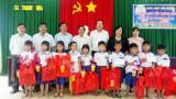 Tặng quà trung thu cho trẻ em khó khăn