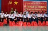 Thăm, tặng quà trung thu cho trẻ em có hoàn cảnh khó khăn tại huyện Đức Hòa, Đức Huệ