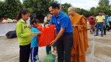 Chi đoàn cơ sở Báo Long An tặng quà trung thu cho trẻ em vùng biên