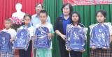 Tặng quà cho trẻ em có hoàn cảnh khó khăn huyện Châu Thành