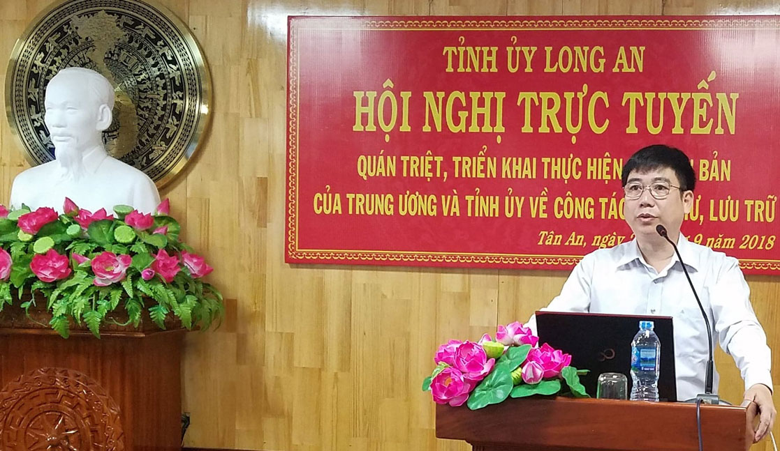 Cục trưởng Cục Lưu trữ Văn phòng Trung ương Đảng - Hoàng Anh Tuấn giải đáp thắc mắc của đại biểu dự hội nghị