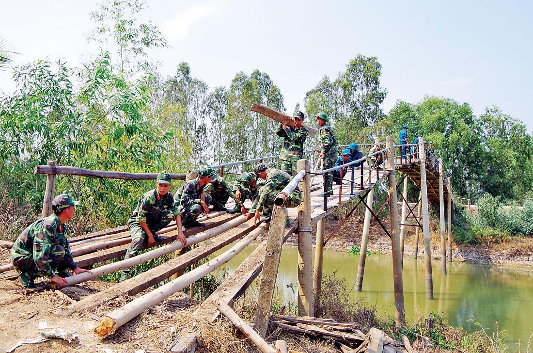 Cán bộ, chiến sĩ lực lượng vũ trang Long An giúp dân xây dựng nông thôn mới