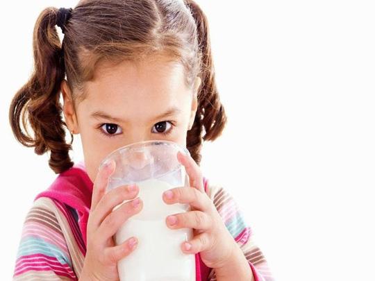 Nếu không muốn có tác dụng phụ khi uống sữa, mọi người căn cứ vào tình trạng sức khỏe. Ảnh: Internet