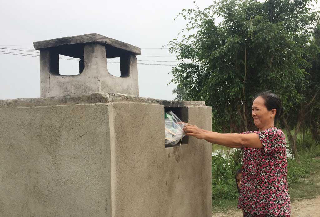 Mô hình Lò đốt rác ở khu dân cư (ấp 6, xã Phước Đông), góp phần bảo vệ môi trường