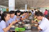 Chăm lo sức khỏe công nhân qua từng bữa ăn