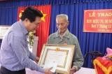 Đức Hòa: Trao Huy hiệu 70 năm tuổi Đảng cho đảng viên Ngô Văn Lình