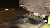 Vĩnh Long: Tông vào xe tải đậu trên làn xe máy, 2 công nhân tử vong