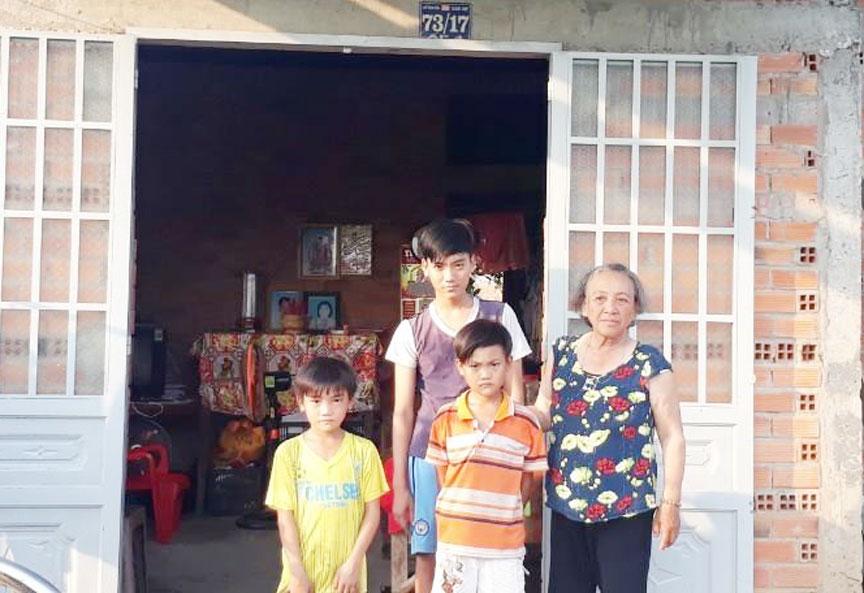 Bốn bà cháu Việt trước căn nhà tình thương do chính quyền tặng nhiều năm trước