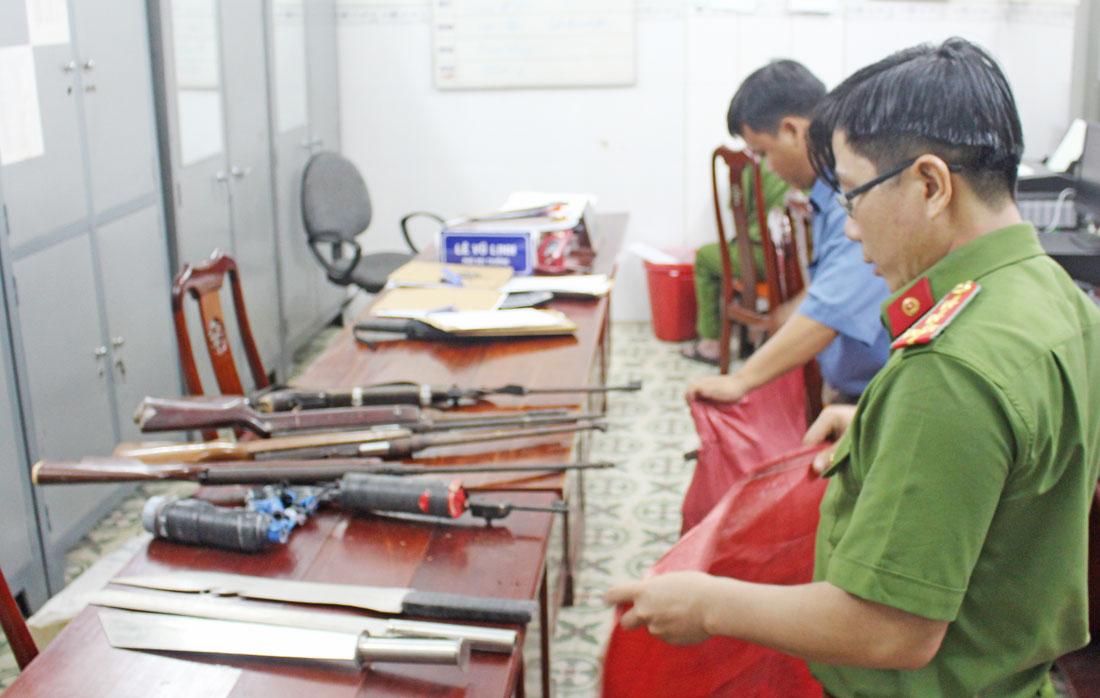 Phòng Cảnh sát quản lý hành chính về trật tự xã hội Công an tỉnh thu gom vũ khí, vật liệu nổ, công cụ hỗ trợ