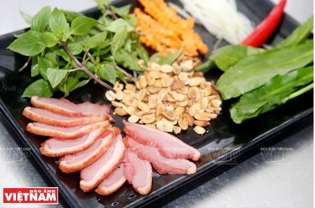 Nguyên liệu chính gồm có lườn vịt được xông khói và rau húng, mùi tàu, đu đủ xanh, cà rốt, lạc…