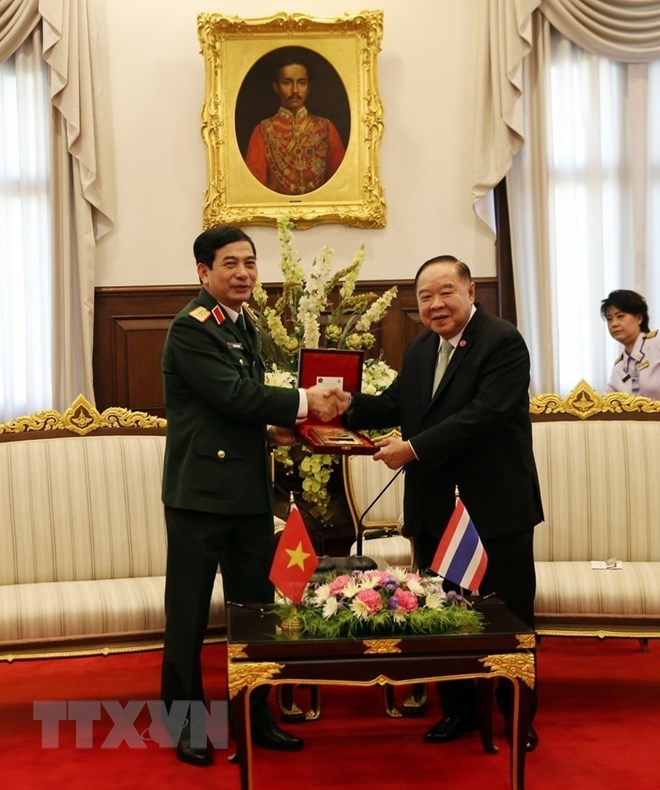 Thượng tướng Phan Văn Giang chào xã giao Đại tướng Prawit Wongsuvon, Phó Thủ tướng Chính phủ, Bộ trưởng Quốc phòng Vương quốc Thái Lan. (Ảnh: Sơn Nam/TTXVN)