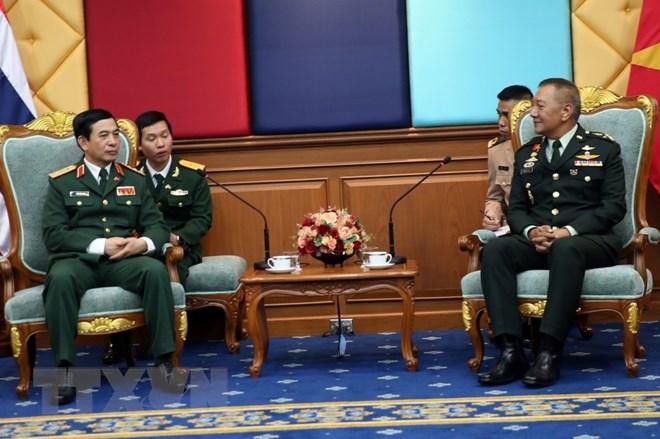 Hội đàm giữa Thượng tướng Phan Văn Giang với Đại tướng Ponpipaat Benyasri. (Ảnh: Sơn Nam/TTXVN)