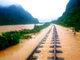 Tuyến đường sắt Bắc-Nam bị trôi nền đường ray, tê liệt vì bão số 9