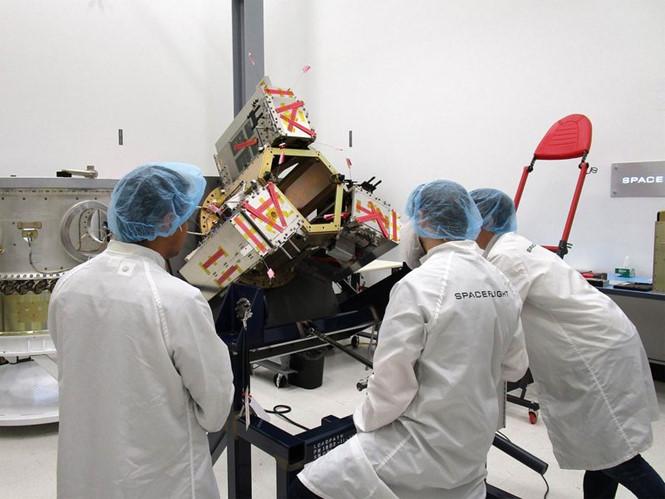 Kỹ sư HawkEyes chuẩn bị ba vệ tinh đầu tiên để phóng. Ảnh: HAWKEYE 360