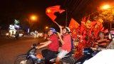 Hàng ngàn người hâm mộ bóng đá Long An đổ ra đường mừng chiến thắng của tuyển Việt Nam