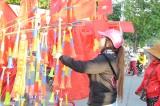 Người hâm mộ bóng đá Long An với cờ, áo, kèn,... cổ vũ cho đội tuyển Việt Nam
